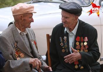 Deux vétérans à Debaltsevo, libéré de l'occupation fasciste en 2015 comme en 1943